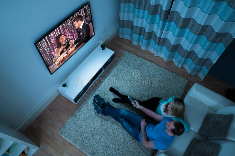 Download Film Di Sorveglianza Delle Coppie In Salone Immagine Stock - Immagine di moderno, appartamento: 55355719
