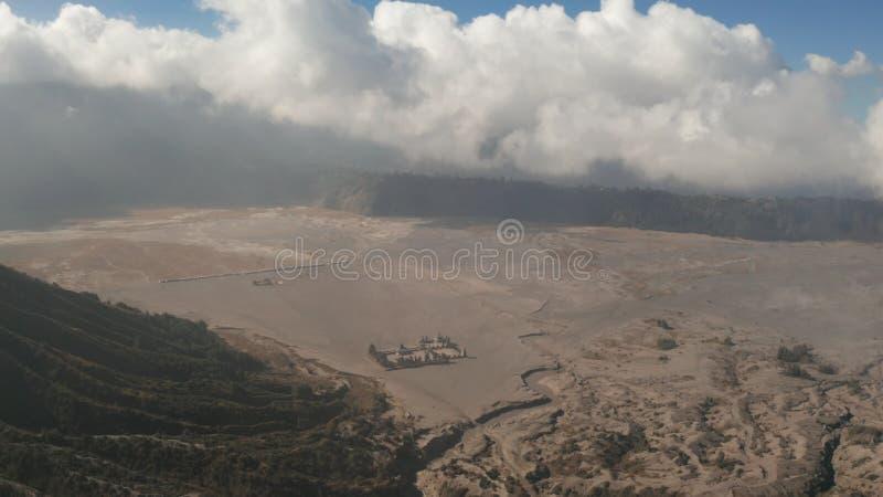 Film- geschossene Vogelperspektive hindischen Tempels Pura Luhur Potens nahe Berg Bromo-Vulkan in Osttimor lizenzfreie stockfotografie