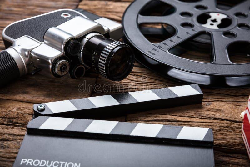 Film kamera Z Ekranowej rolki I Clapper deską Na drewnie zdjęcie royalty free