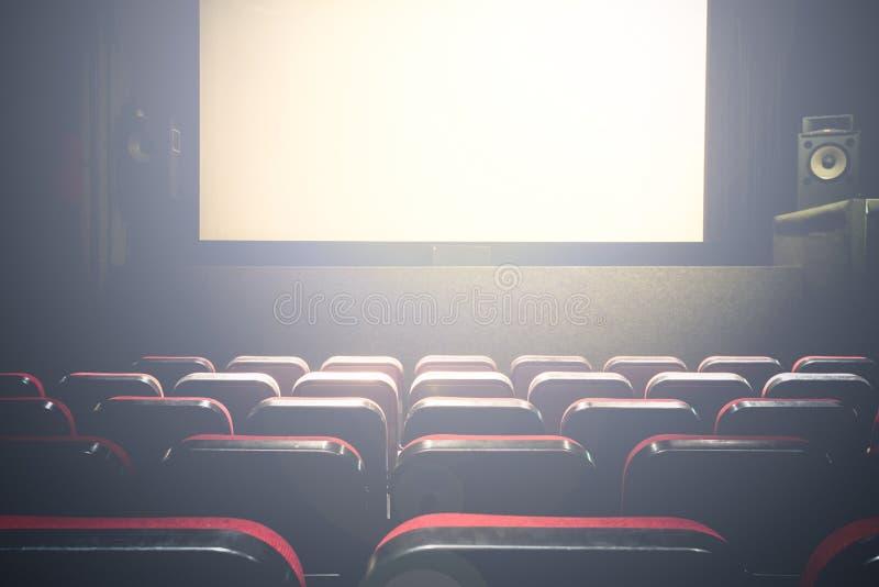 Film Kinowa sala z biały pusty parawanowy premiera z czerwonymi siedzeniami zdjęcia royalty free