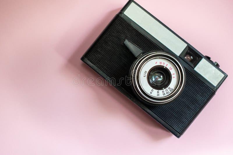 Film retro camera op een roze achtergrond 1 royalty-vrije stock fotografie