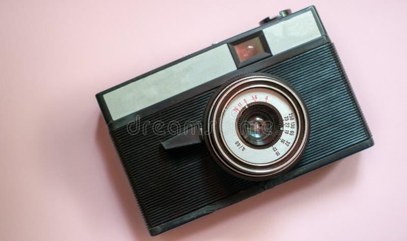 Film retro camera op een roze achtergrond 2 royalty-vrije stock fotografie