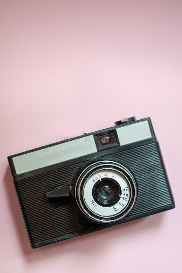 Film retro camera op een roze achtergrond 3 royalty-vrije stock foto's