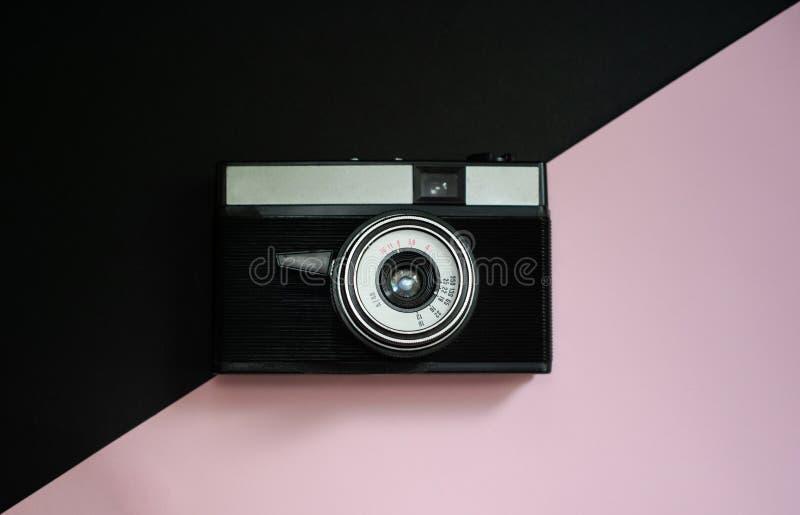 Film retro camera op een zwarte en roze achtergrond 8 royalty-vrije stock afbeelding