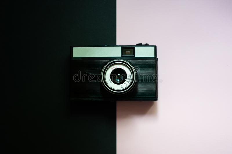 Film retro camera op een zwarte en roze achtergrond 5 stock fotografie