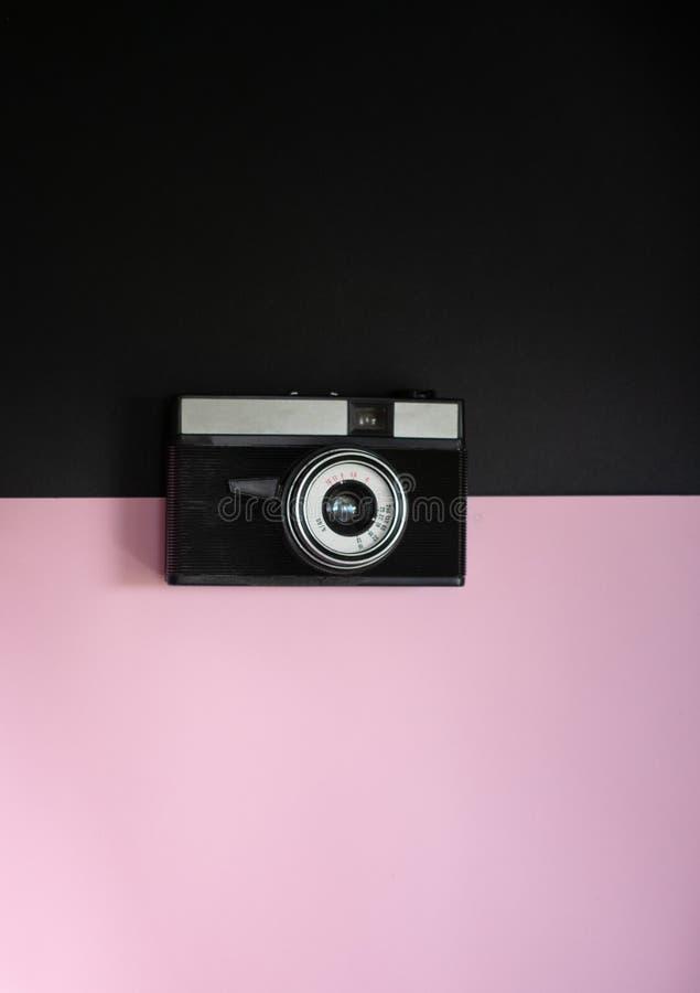 Film retro camera op een zwarte en roze achtergrond 7 royalty-vrije stock foto's