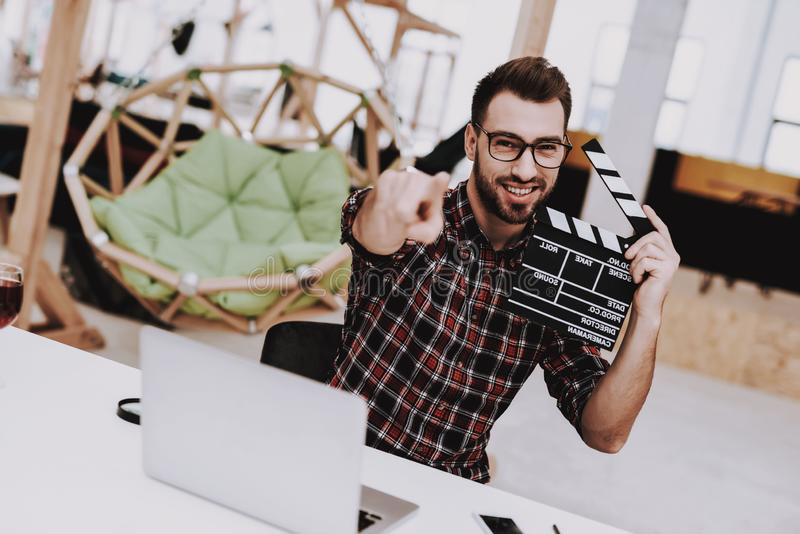 Film-Scharnierventil ideen Ideenkonzept, vektorabbildung Gläser Laptop lizenzfreie stockfotos