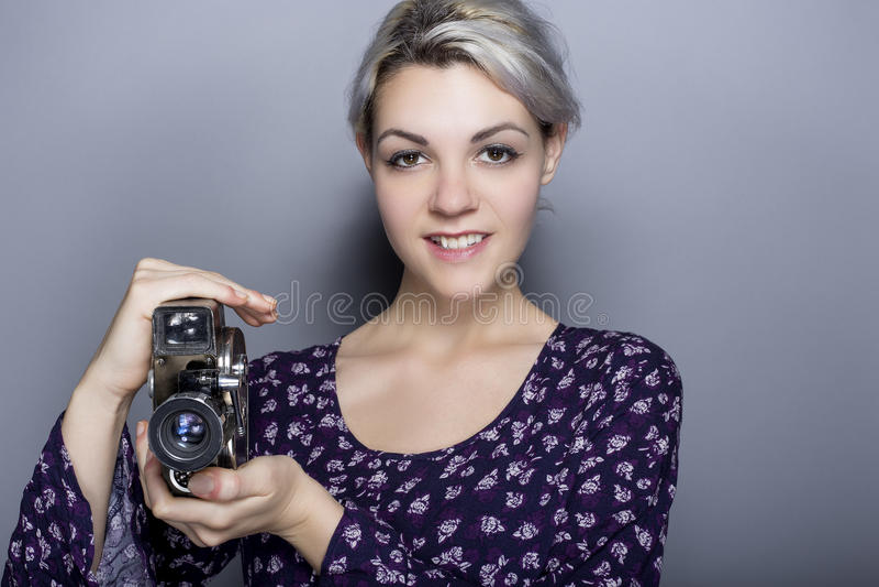 Film-Student Holding eine Retro- Kamera lizenzfreie stockfotografie