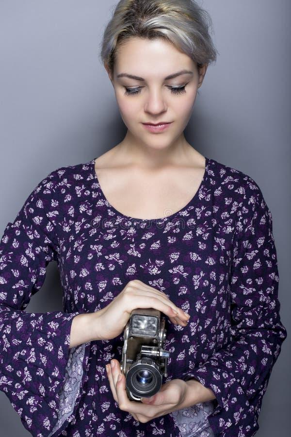 Film-Student Holding eine Weinlese-Kamera lizenzfreies stockfoto