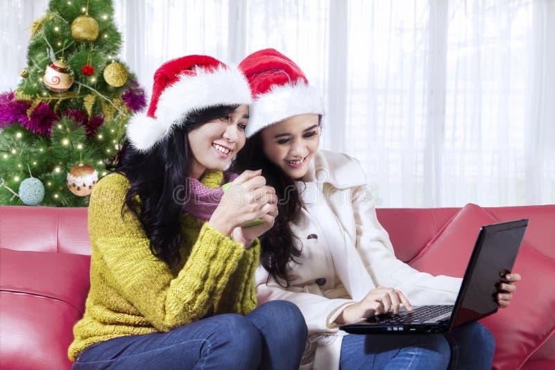 Film van het twee de mooie meisjeshorloge met laptop royalty-vrije stock afbeeldingen