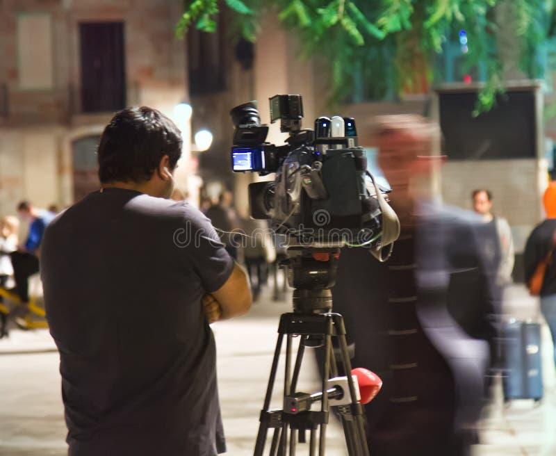 Filma arbete av operatören på gatan på natten royaltyfri fotografi