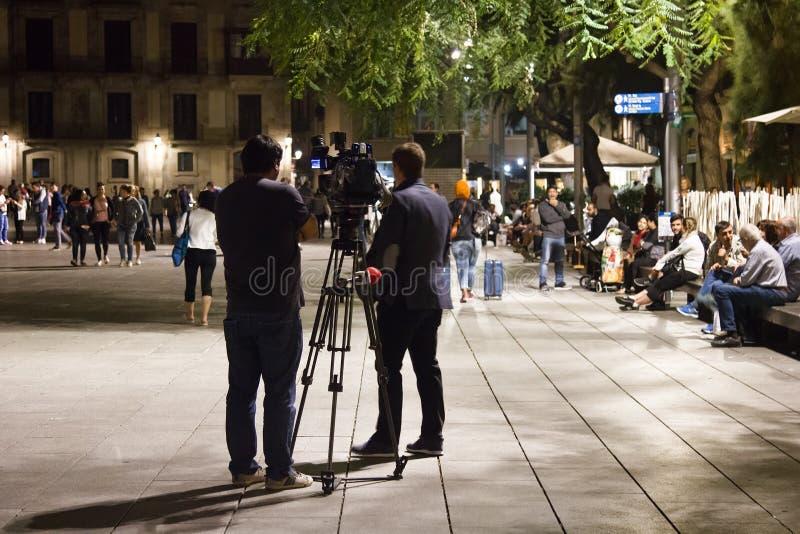 Filma arbete av operatören på gatan på natten royaltyfri bild