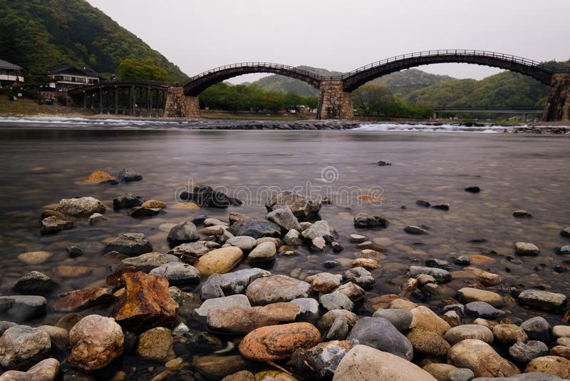 Filma stil, den Kintaikyo bron i Iwakuni, Hiroshima, Japan royaltyfri fotografi