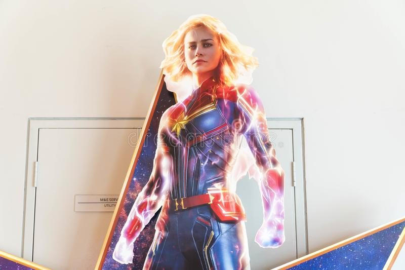 Filmaffischen för kapten Marvel, är filmen är om Carol Danvers blir en av universumets kraftigaste hjältar royaltyfri bild