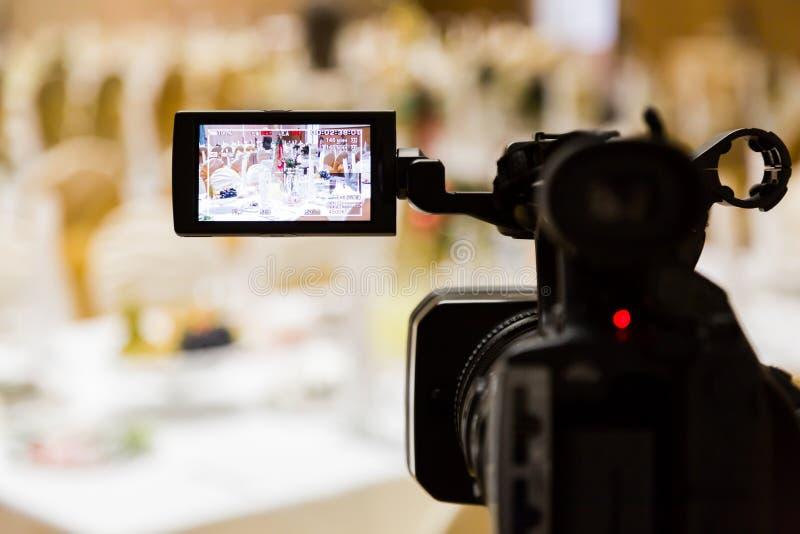 Filmande av händelsen Videography Tjänade som tabeller i bankettkorridoren arkivfoto