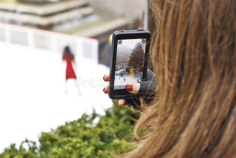 Filmandeisskateboradåkare med smart royaltyfri foto