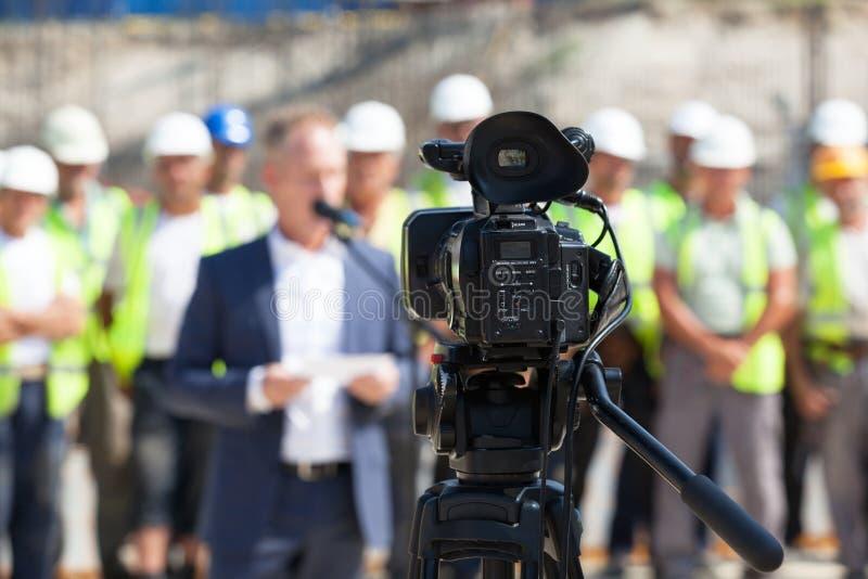 Filmando um evento com uma câmara de vídeo foto de stock royalty free