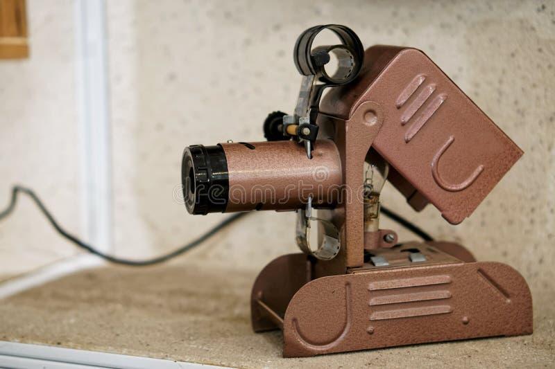 Filmbetrachtungsgerät - eine erstaunliche Weinlesemaschine auf einem Regal in einem alten Haus stockfotografie