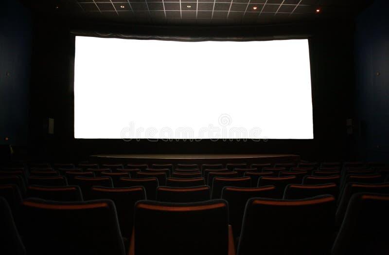 Filmbildschirm im dunklen Kino stockbild