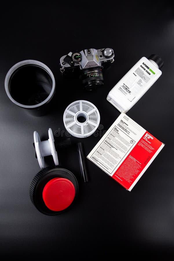 Filmcamera met film die toebehoren ontwikkelen stock afbeelding