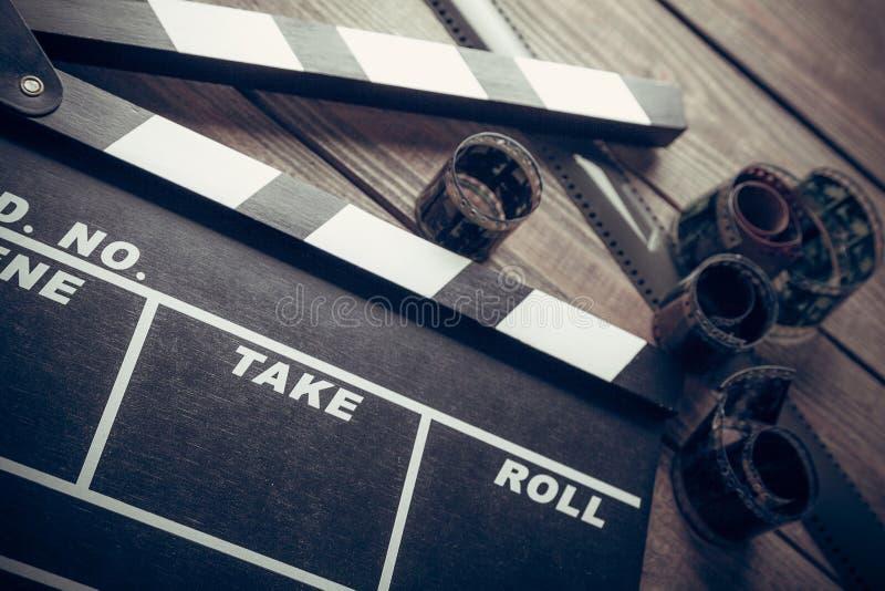 Filmclapperbräde på träbakgrund royaltyfri bild