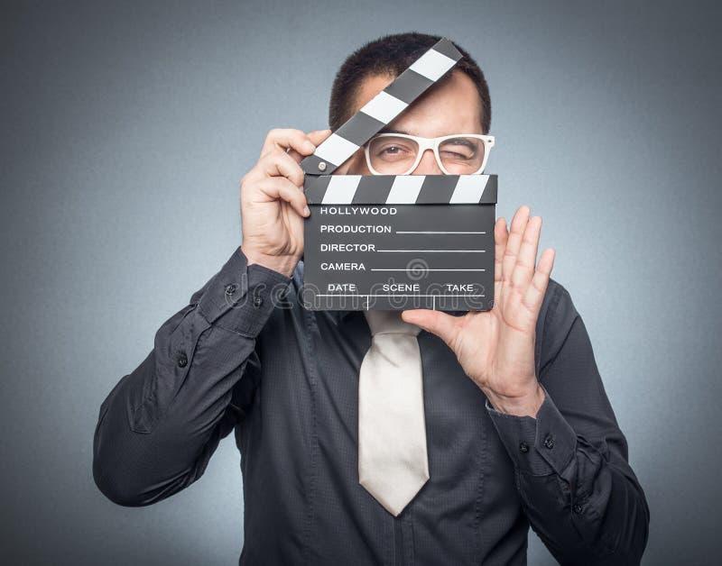 Filmdirektör med movirclapperbrädet arkivfoto
