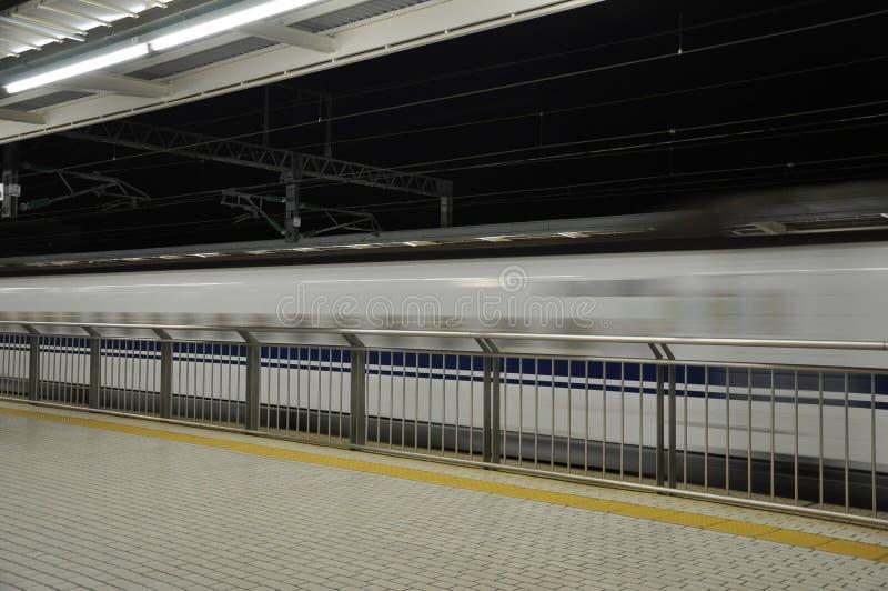 Filme borrado do trem de alta velocidade que move-se para passar o stati imagens de stock