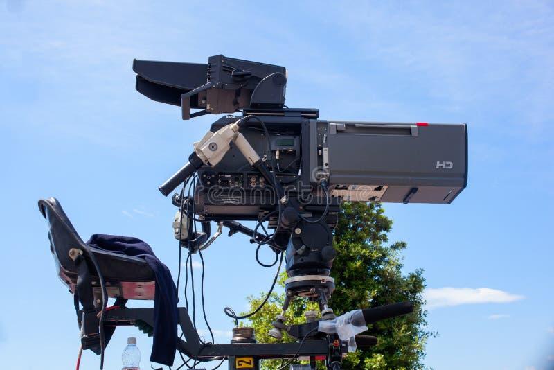Filme da câmera em um tripé fotos de stock