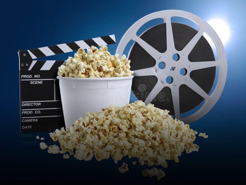 Filme de observação com pipoca no fundo azul imagem de stock