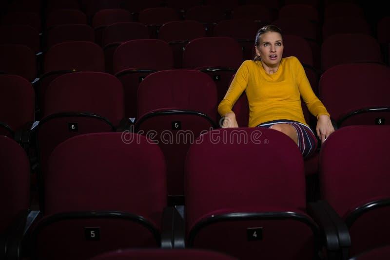 Filme de observação da mulher no teatro foto de stock