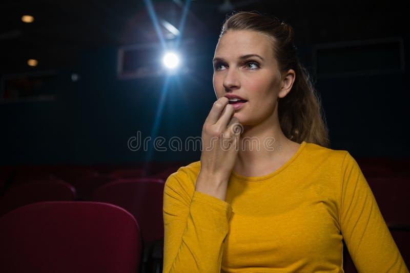 Filme de observação da mulher no teatro imagens de stock