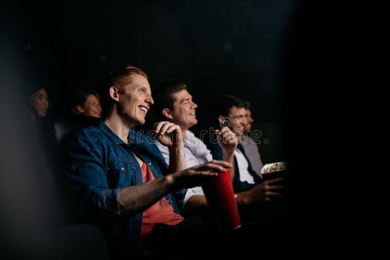 Filme de observação do grupo de pessoas no teatro imagem de stock royalty free