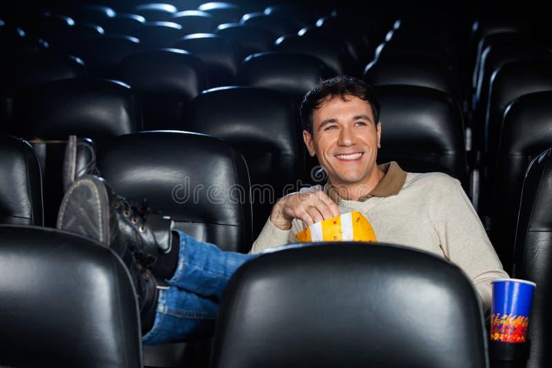 Filme de observação do homem feliz relaxado imagens de stock royalty free