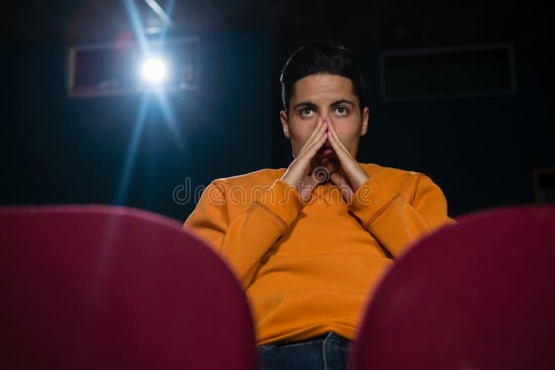 Filme de observação do homem no teatro imagem de stock royalty free