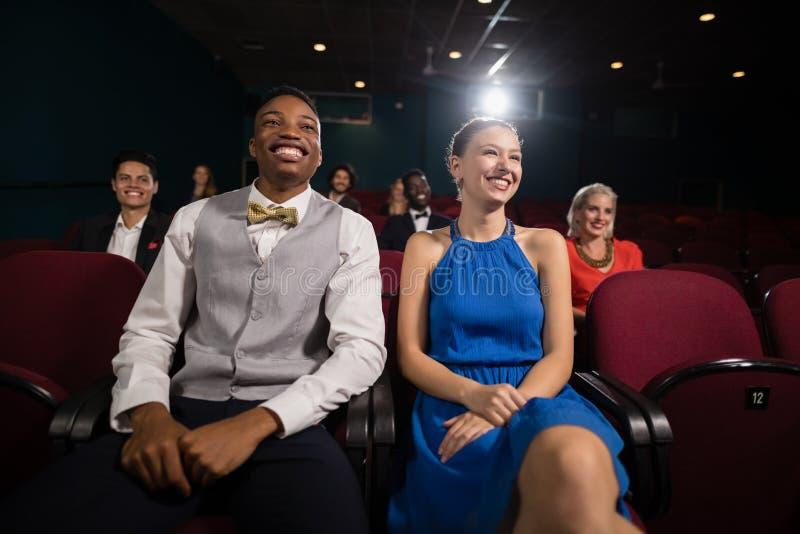 Filme de observação dos pares no teatro imagens de stock royalty free
