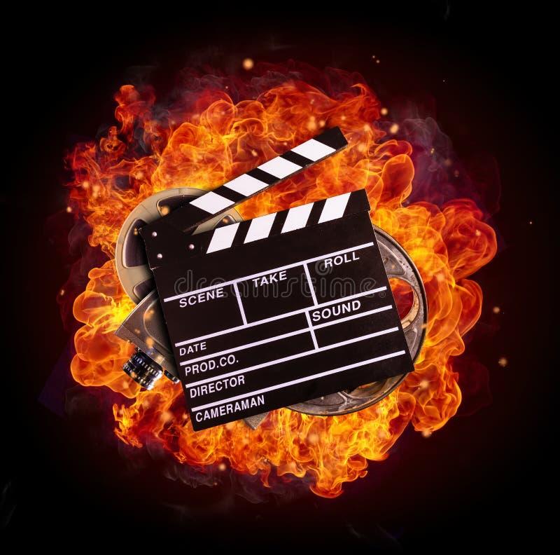 Filme el equipo en el fuego, aislado en fondo negro ilustración del vector