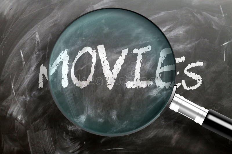 Filme erlernen, studieren und inspizieren - abgebildet als Vergrößerungsglas erweiternde Wortfilme, symbolisiert Forschung, Erfor stockbilder