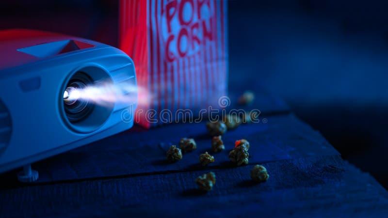Filme mit Popcorn ansehen Hintergrund, Banner Projektor und kreatives Licht Konzept des Kino- und Kinos stockbilder