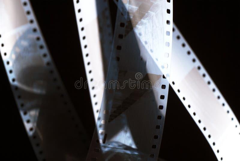 Filme negativo na obscuridade pel?cula de 35mm foto de stock