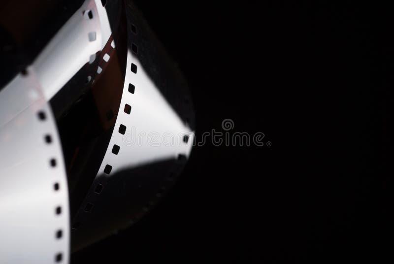 Filme negativo na obscuridade pel?cula de 35mm fotografia de stock