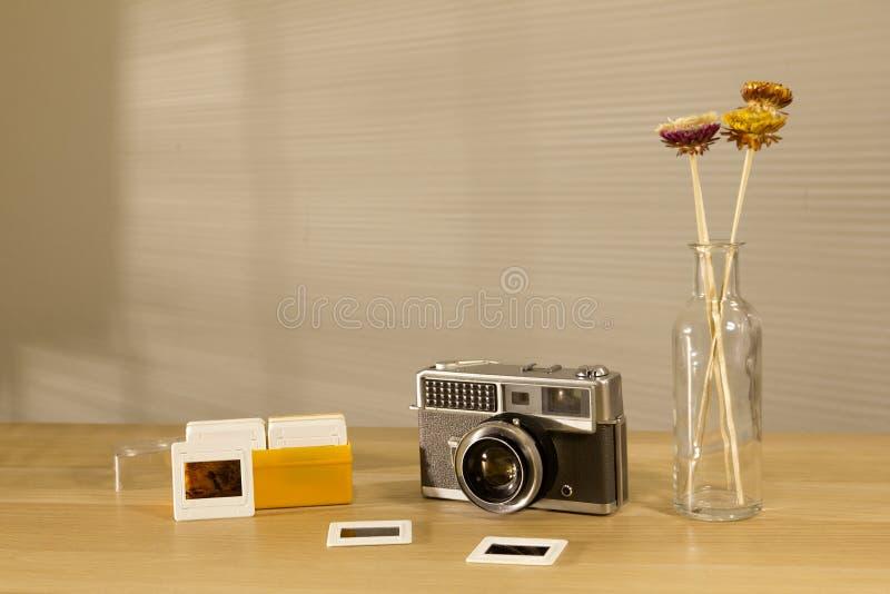 Filme retro bonito da câmera e das corrediças na tabela com luz da manhã fotos de stock royalty free