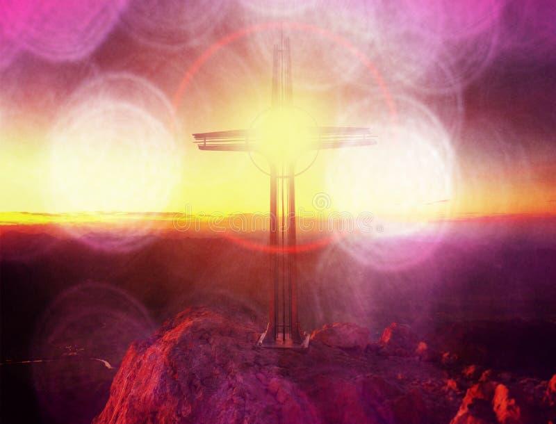 Filmeffect Het lichte, sterke effect van de lensgloed Kruis op piek van Hoher Goell Ijzerkruisbeeld bij bergbovenkant in Alp in O stock foto
