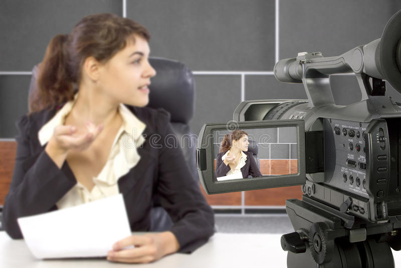 Filmen des weiblichen Reporters in einem Satz stockfotos