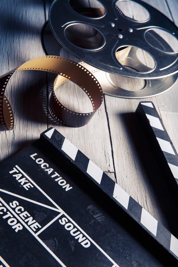 Filmen kritiserar och filmrullen på trä royaltyfri foto