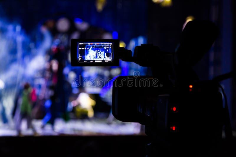 Filmer l'exposition de l'amphithéâtre Viseur d'affichage à cristaux liquides sur le caméscope Représentation théâtrale Les acteur image stock