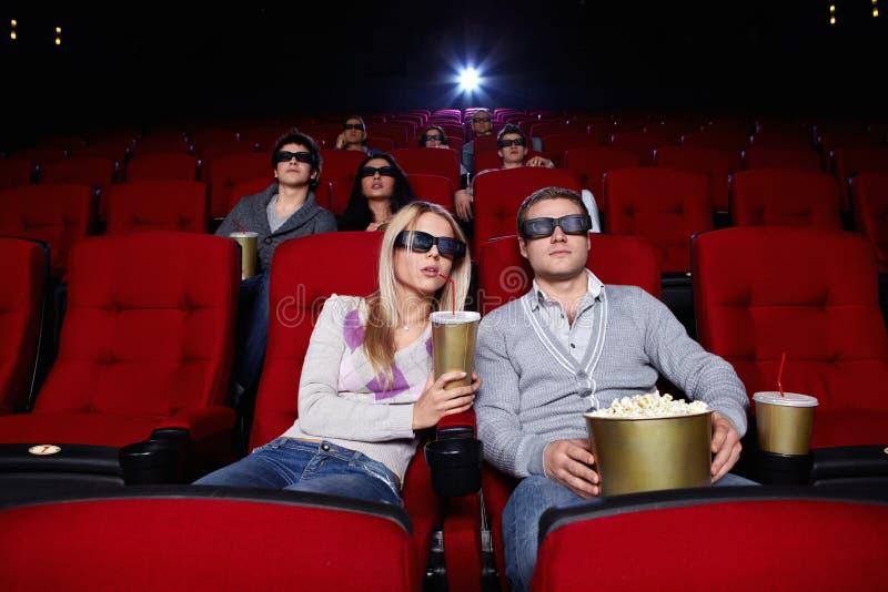Filmes do relógio dos povos no cinema imagens de stock royalty free