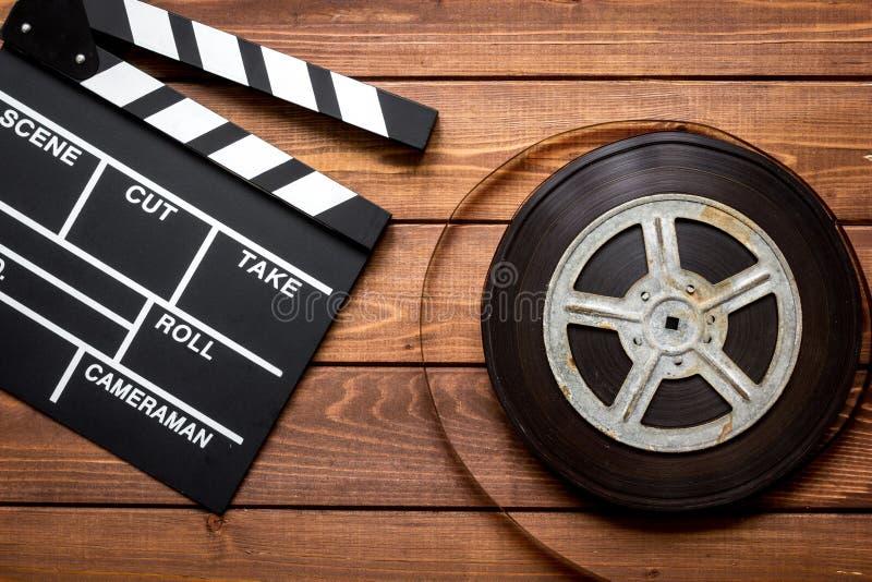 Filmförfattareskrivbord med sikt för träbakgrund för filmclapperbräde bästa arkivbild