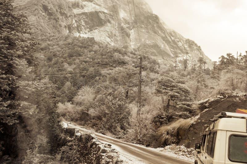 Filmisk väg Himalayan dal Landskapet med vaggar, himmel för den soliga dagen och för bergasfalt för moln den härliga vägen i vint arkivfoton