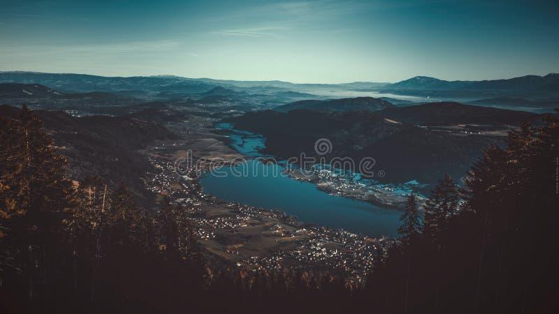 Filmiskt landskap av Villach, stad i Österrike arkivfoto