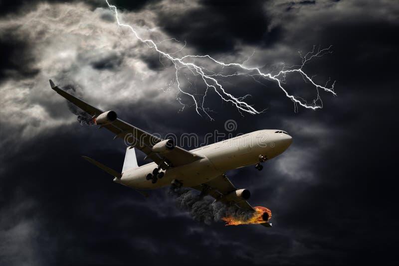 Filmiskt porträtt av flygplanet med motorbrand arkivbild